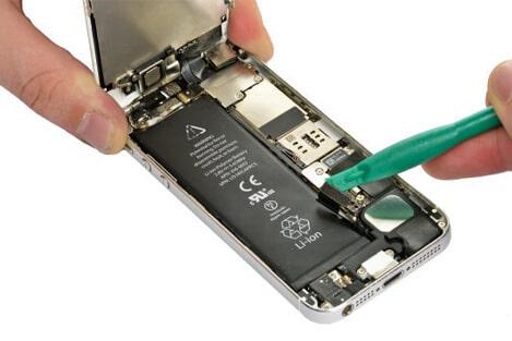 der akku stecker wird mit einem plastikhebel entfernt 4.2